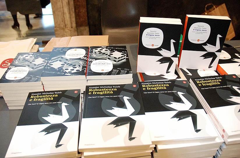 Американский экономист Нассим Талеб, автор книги «Черный лебедь. Под знаком непредсказуемости», черными лебедями называет любые важные случайности, которые невозможно предвидеть,— как негативные, так и позитивные