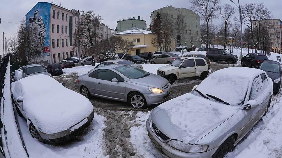 Машино-место поближе к подъезду становится причиной многолетней вражды между соседями