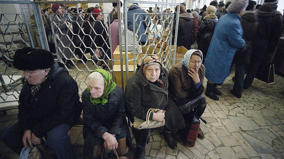 В конце 1980-х — начале 1990-х годов пенсионеры в СССР обрели важную роль в семье. Только у них было время выстаивать многочасовые очереди и караулить в магазинах неожиданное появление хоть каких-нибудь товаров