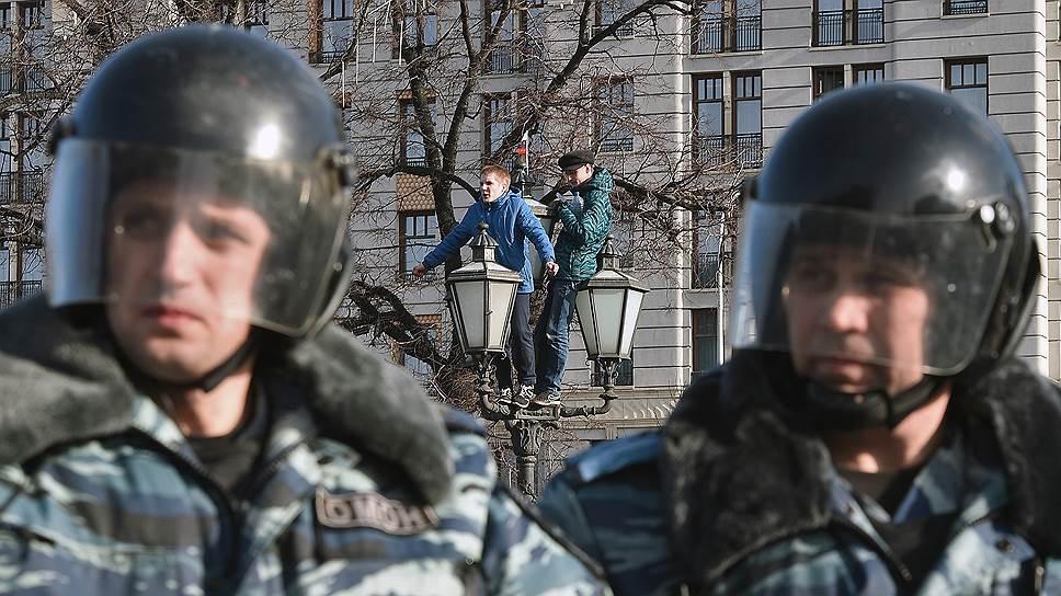 Один из школьников — Роман Шингаркин, сын бывшего депутата Госдумы от ЛДПР, по словам отца, залез на фонарный столб не потому, что ему не нравится нынешняя власть, а потому, что он против коррупции