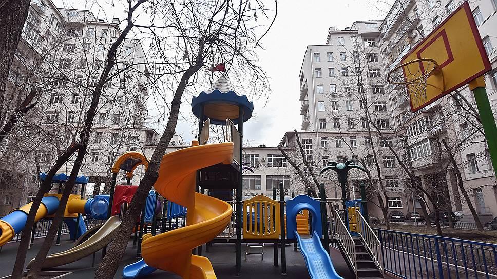 """Несмотря на наличие детской площадки, """"Дом на набережной"""" — далеко не лучшее место для жизни с маленькими детьми"""