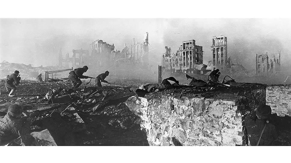 В конце августа 1943 группа инкассаторов доставила в разбомбленный Сталинград 30 млн руб.— зарплату жителям города