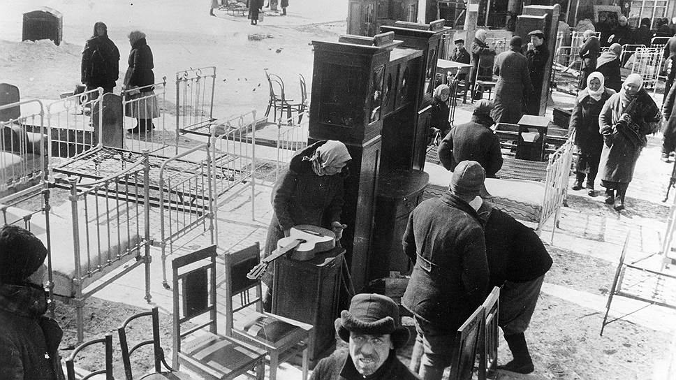 У граждан, скупавших за бесценок товары на черном рынке, к концу войны были скоплены целые состояния