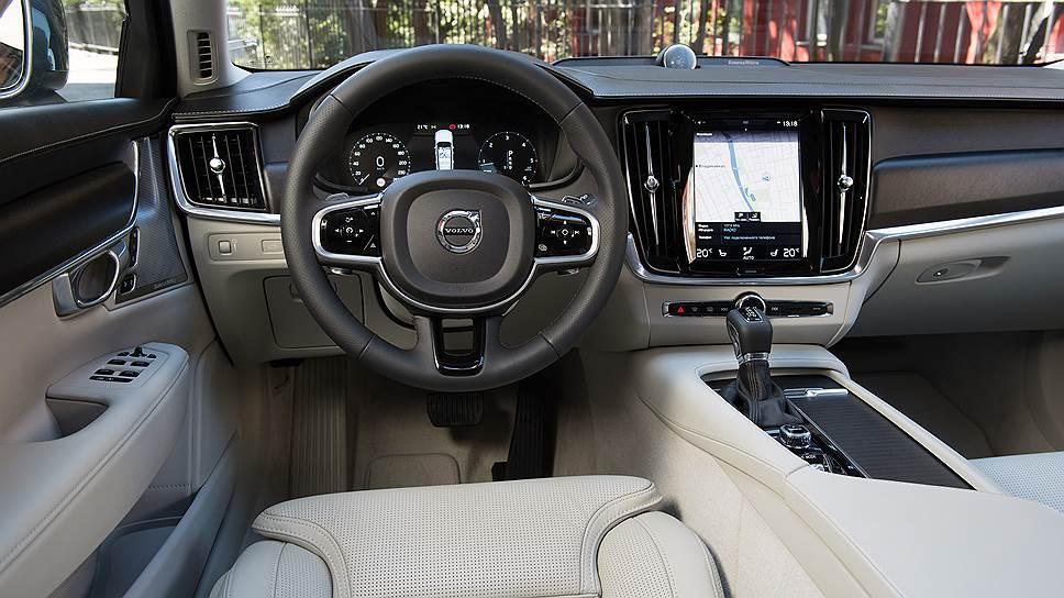 Новый стиль интерьера Volvo впервые был показан на XC90 второго поколения и теперь с небольшими изменениями повторяется в каждой шведской новинке. Об удобстве управления многочисленными функциями при очевидном кнопочном минимализме можно спорить. Но уровень исполнения и качество материалов — не придерешься