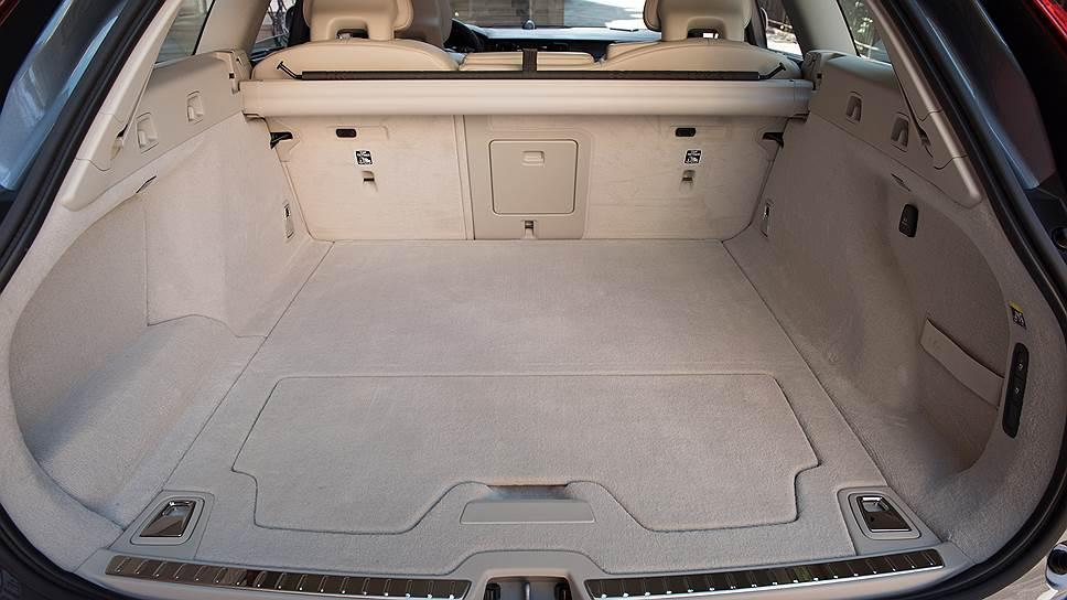 Багажник V90 Cross Country практически идеален, хотя имеет объем всего 480 л, не считая ниши под полом. Есть органайзер, заднее сиденье складывается, образуя абсолютно ровное спальное место, электропривод открывает и закрывает не только дверь, но и багажную шторку