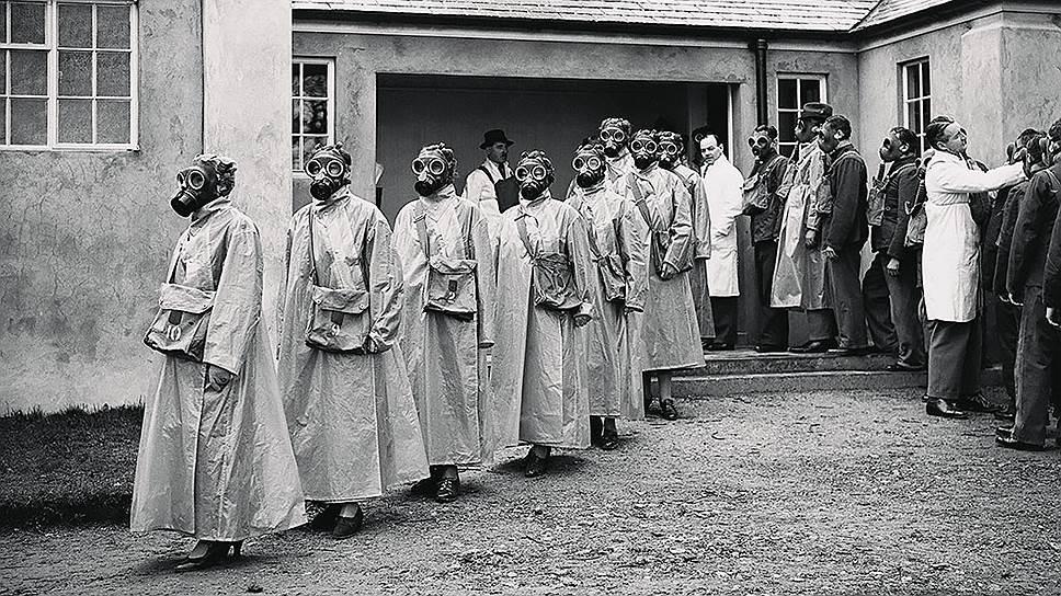 Водворе школы химической защиты вИствуд-парке, Глостершир, Англия, 1937год. Втаких школах обучались нетолько полицейские исотрудники скорой помощи, нои, например, почтовые служащие