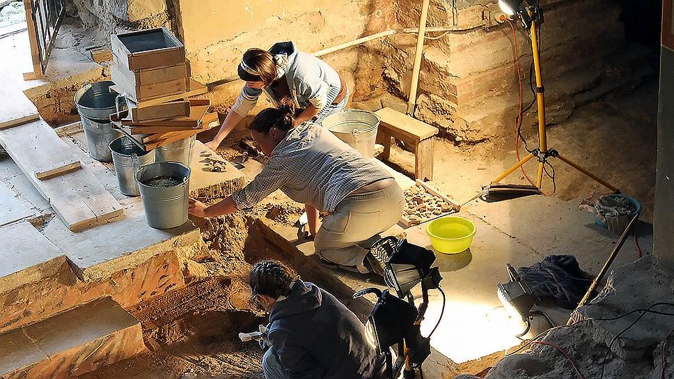Расчистка слоя с фресками у гробницы Феоктиста