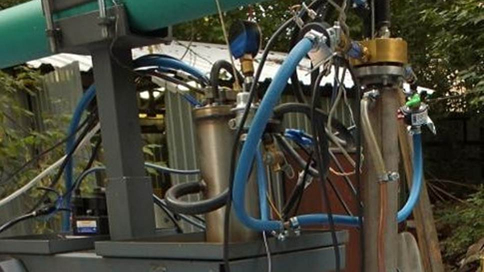 Рис. 6. Экспериментальный образец прямоточного импульсно-детонационного гидрореактивного движителя на тягоизмерительной раме