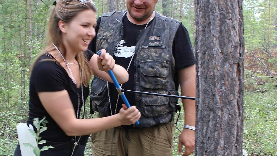Сбор образцов (кернов) годичных колец деревьев малотравмирующим шведским буравом. Центральная Якутия, 2015 год