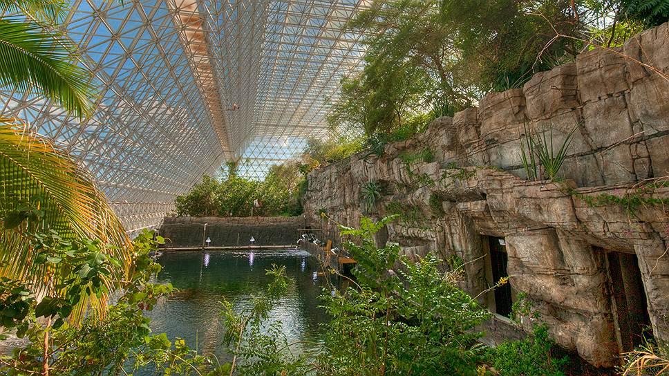 """""""Биосфера-2"""" -- модель замкнутой экологической системы, построенная компанией Space Biosphere Ventures и миллиардером Эдвардом Бассом в пустыне Аризона (США). Создатели комплекса считали, что """"Биосферой-1"""" является Земля"""