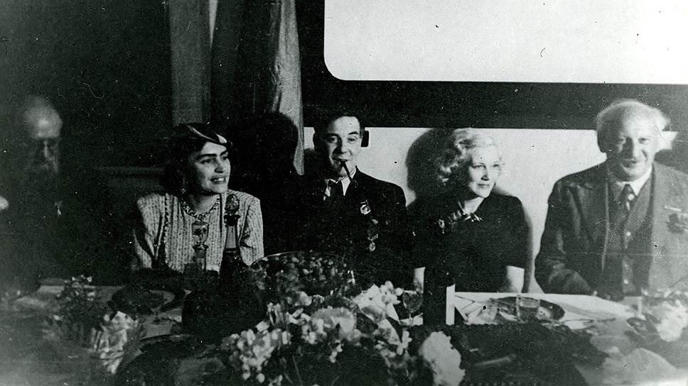 А.Н. Крылов, Л.И. Толстая, П.Л. Капица, Л. Орлова и А.Ф. Иоффе.1944 год