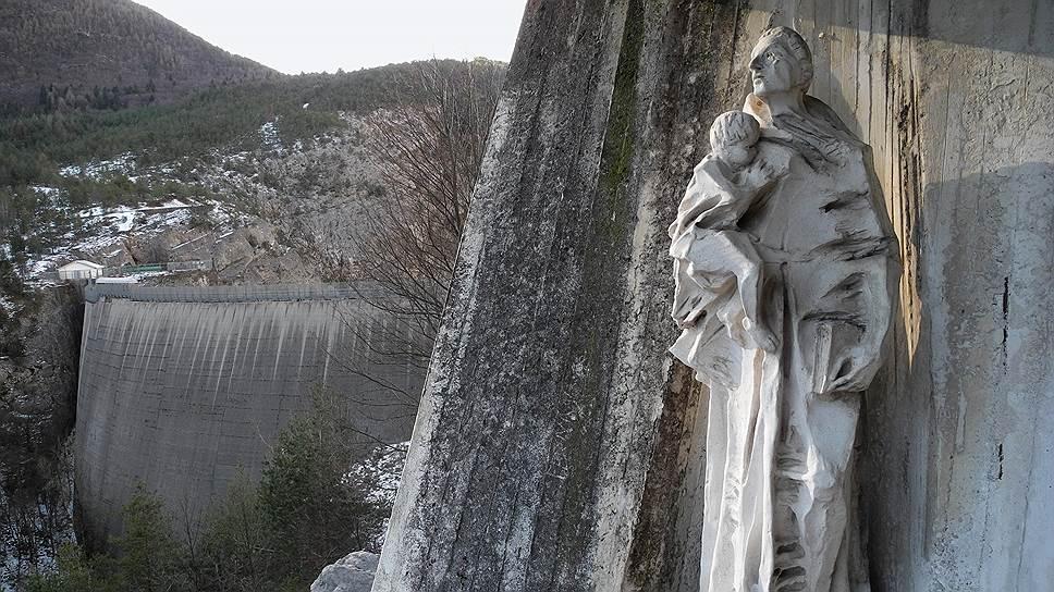 Памятник жертвам гидротехнической катастрофы на плотине Вайонт (Италия) в октябре 1963 года. Фото автора