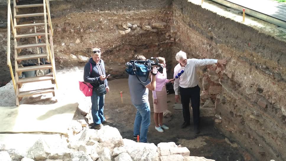 Академик Макаров показывает раскоп съемочной группе