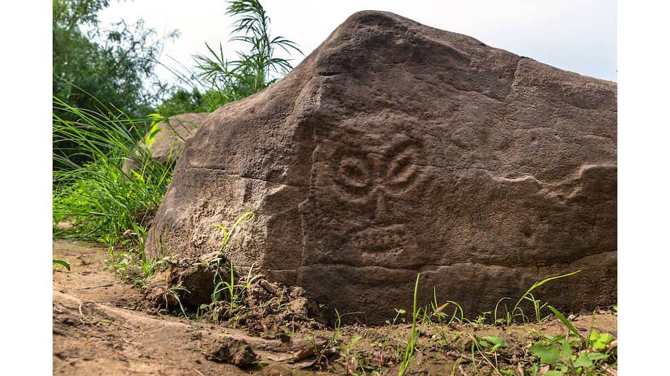 Сикачи-Алян. Личина. На вертикальной грани камня древний художник изобразил личину-маску с раскосыми глазами и устрашающим оскалом