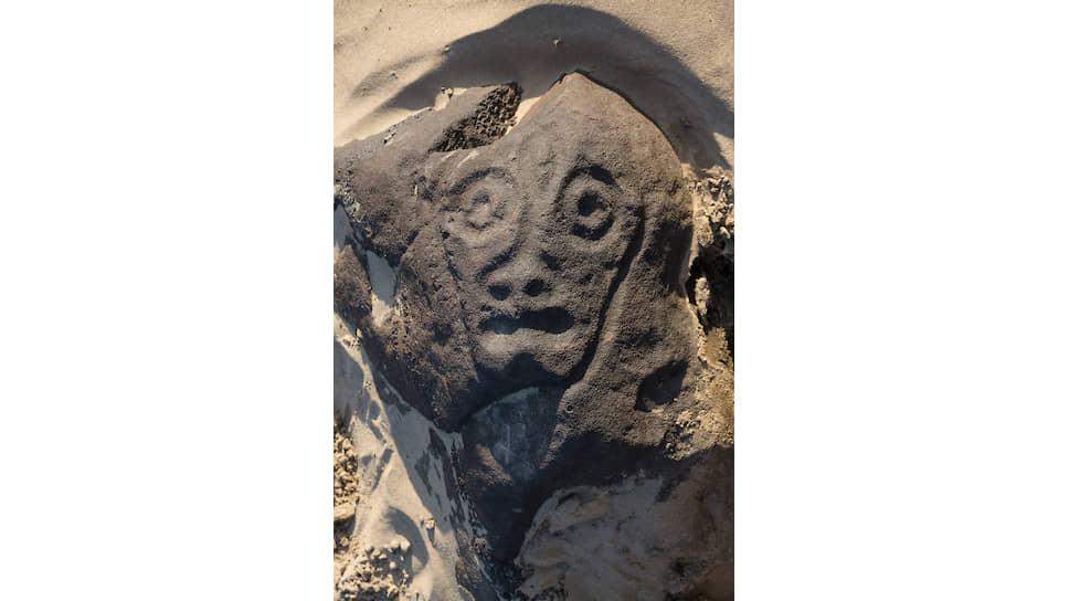 Сикачи-Алян. Рельефная личина. Это изображение было обнаружено только в 2003 году, оно почти всегда скрыто и находится под слоем речного песка