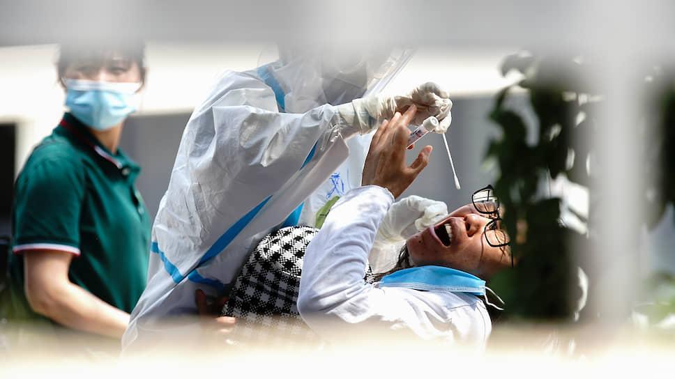 Особенности этой инфекции обосновывают необходимость ношения масок в общественных местах всему населению. Иначе эпидемию без вакцин не остановить