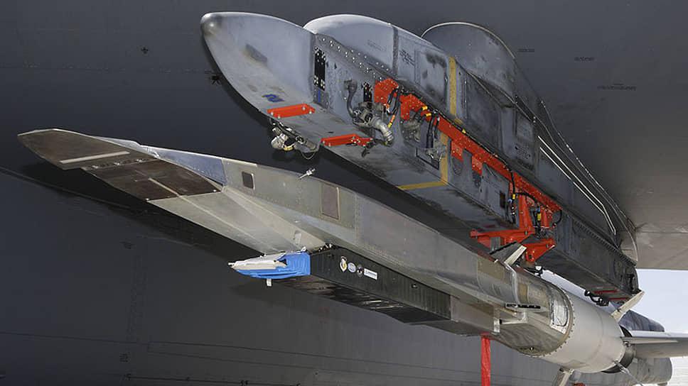 Гиперзвуковая крылатая ракета X-51A Waverider, закрепленная на пилоне самолета-носителя В-52 перед летными испытаниями