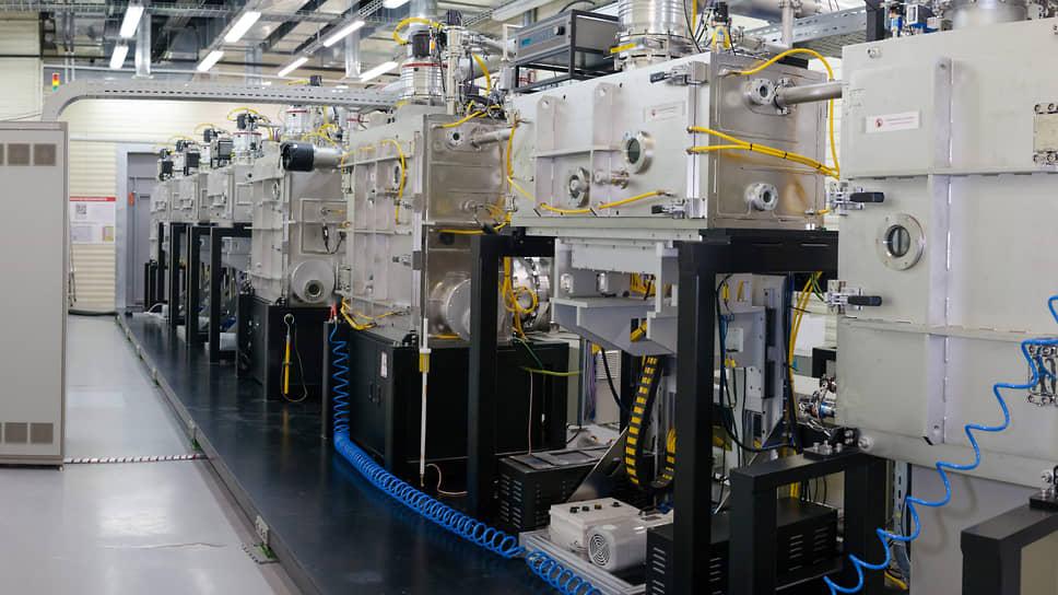 В этой вакуумной установке на металлическую ленту последовательно наносится шесть оксидных покрытий общей толщиной всего 120 нанометров