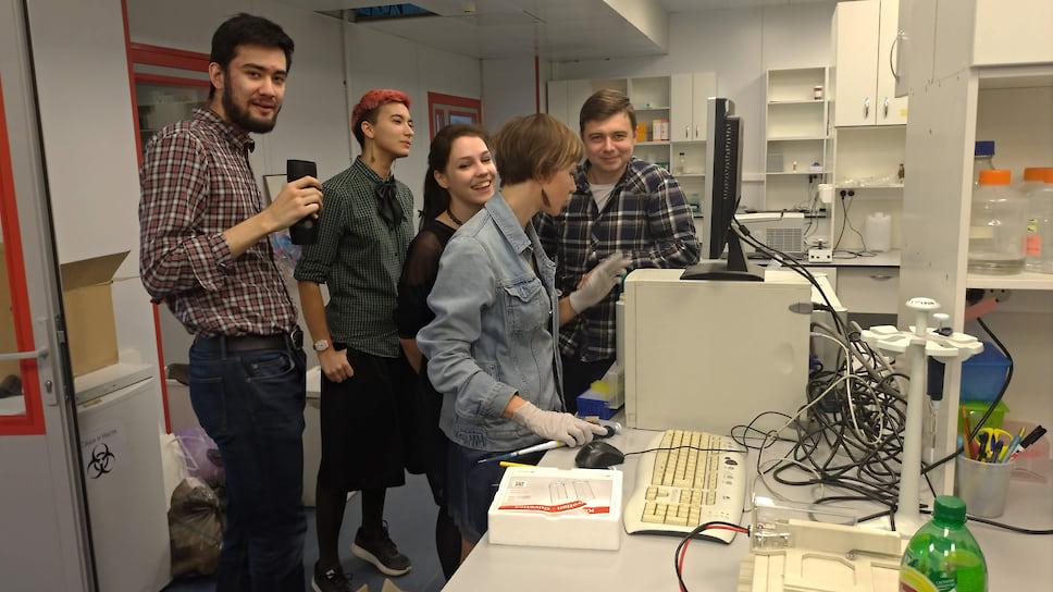 Сотрудники отдела метаболизма и редокс-биологии ИБХ РАН в лаборатории. Слева – Валерий Пак, первый автор статьи