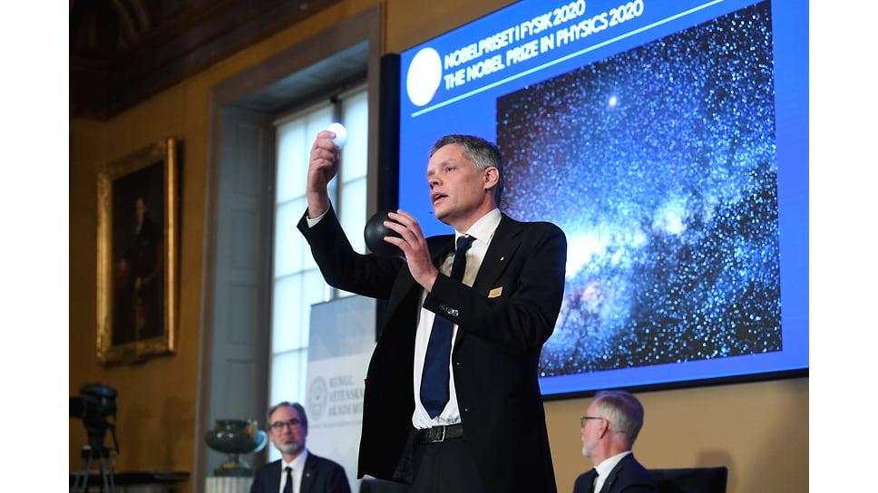 Член Королевской шведской академии наук Ульф Даниэльсон произносит речь во время церемонии объявления лауреатов Нобелевской премии по физике 2020 года
