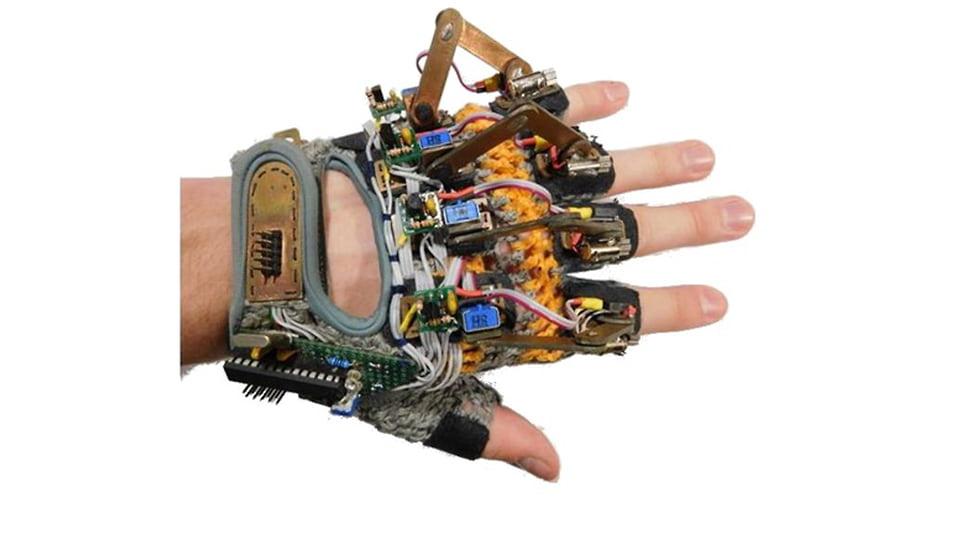 Модель виброперчатки с основой — перчаткой для фитнеса