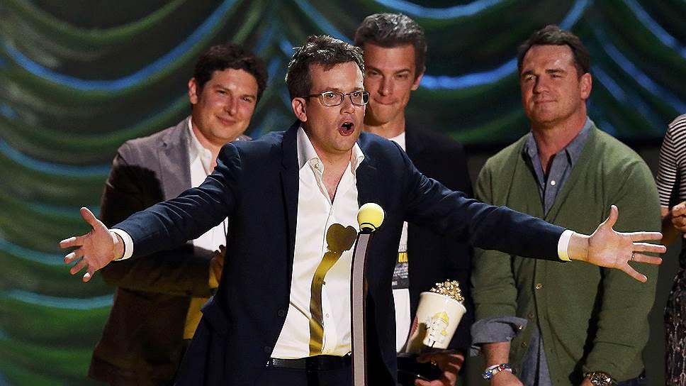 Сценарист Джон Грин и актеры из фильма «Виноваты звезды» (The Fault in Our Stars) во время церемонии вручения премии телеканала MTV Movie Awards 2015 года