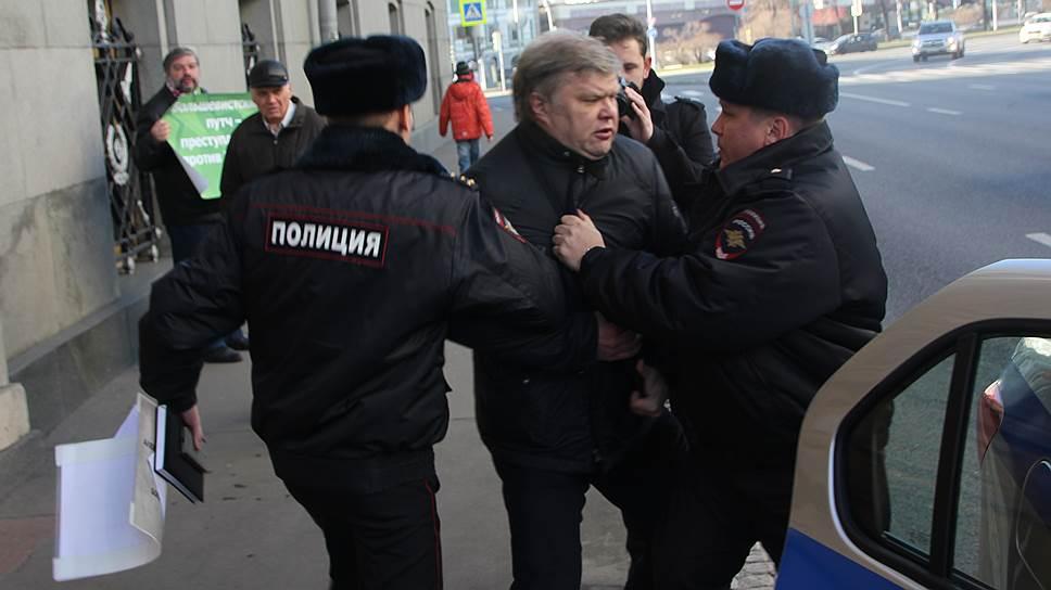 Лидера партии ЯБЛОКО Сергея Митрохина задержали на акции памяти юнкеров и офицеров