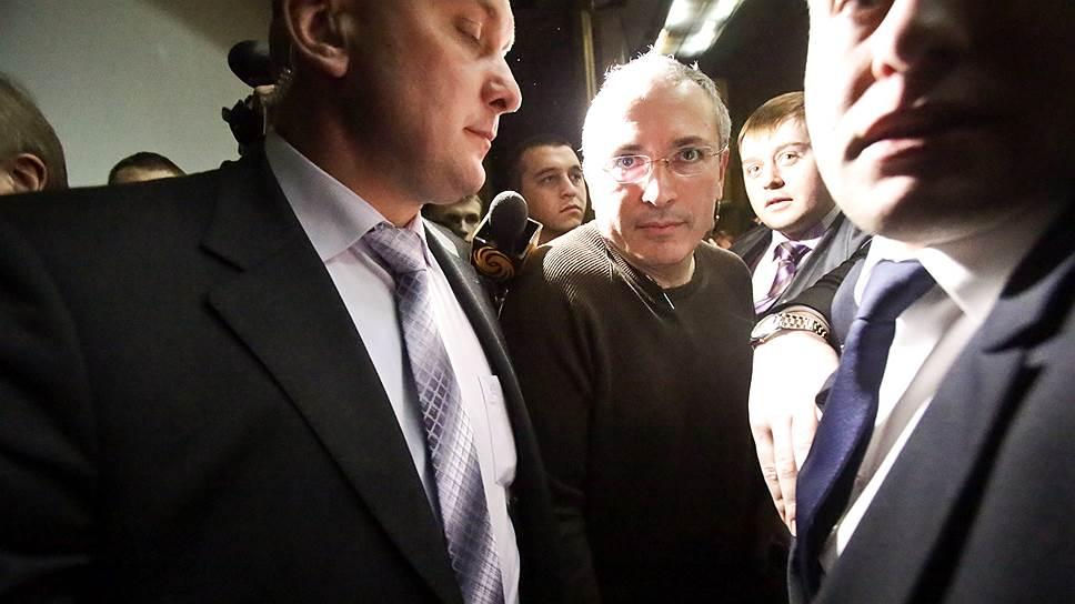 Бывший председатель правления НК ЮКОС Михаил Ходорковский (в центре)