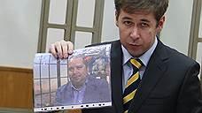 Адвокат Илья Новиков с фотографией политконсультанта, члена общественной палаты Москвы Павла Карпова