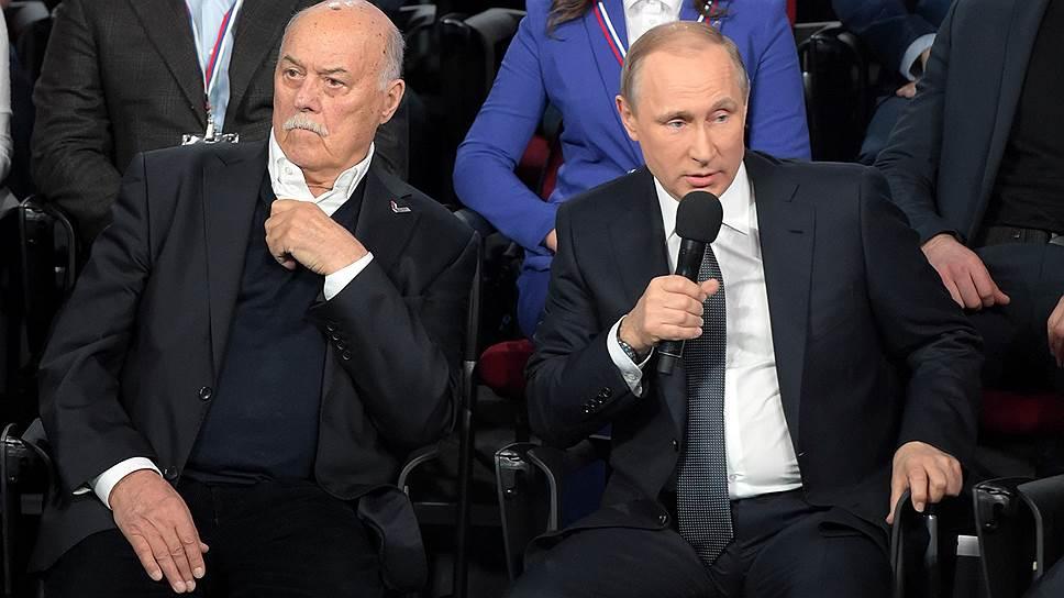 Председатель комитета Государственной думы России по культуре, режиссер Станислав Говорухин (слева) и президент России Владимир Путин (справа)