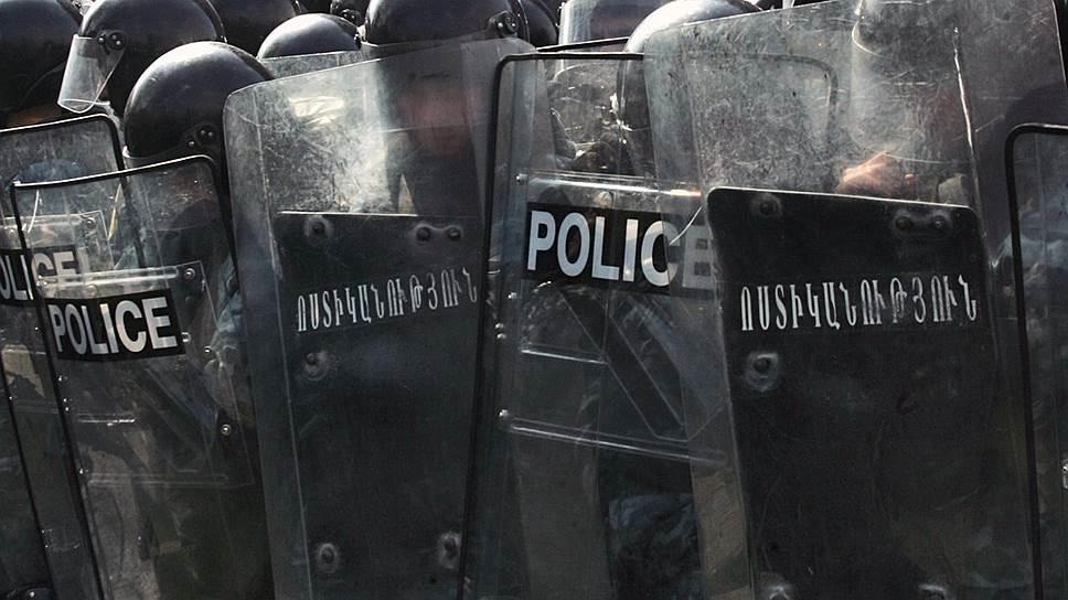 Как оппозиционеры захватили пост полиции в Ереване