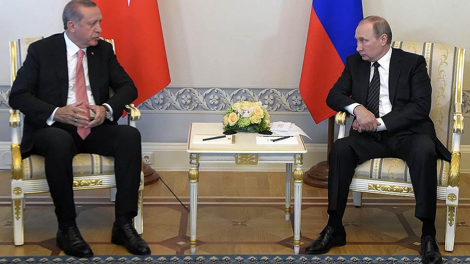 Президент России Владимир Путин (справа) и президент Турции Реджеп Эрдоган (слева)