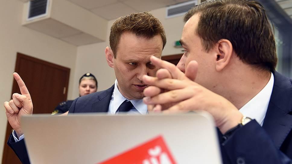 Основатель Фонда борьбы с коррупцией (ФБК) Алексей Навальный (слева)