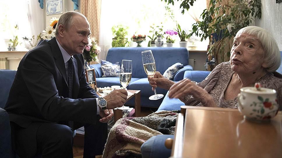 Президент России Владимир Путин и правозащитница Людмила Алексеева
