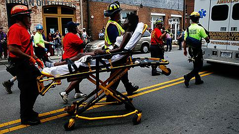 Автомобиль въехал в толпу демонстрантов в Виргинии  / В результате инцидента пострадали 19 человек