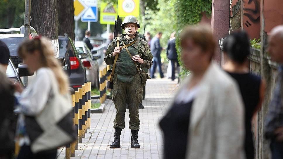 Военный возле здания Управления Балтийского флота в Калининграде, эвакуированного из-за анонимного звонка