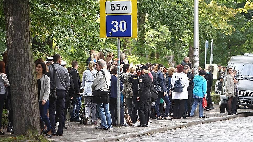 Калининград. Люди возле эвакуированного здания областной думы