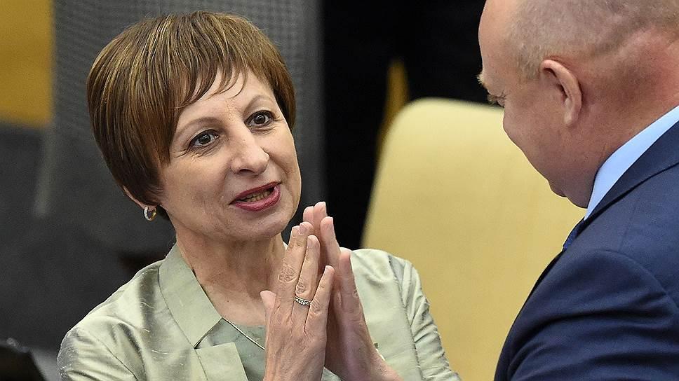 Депутат Госдумы Ирина Евтушенко (слева)