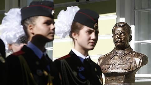 На «Аллее правителей» в Москве установили бюст Иосифу Сталину