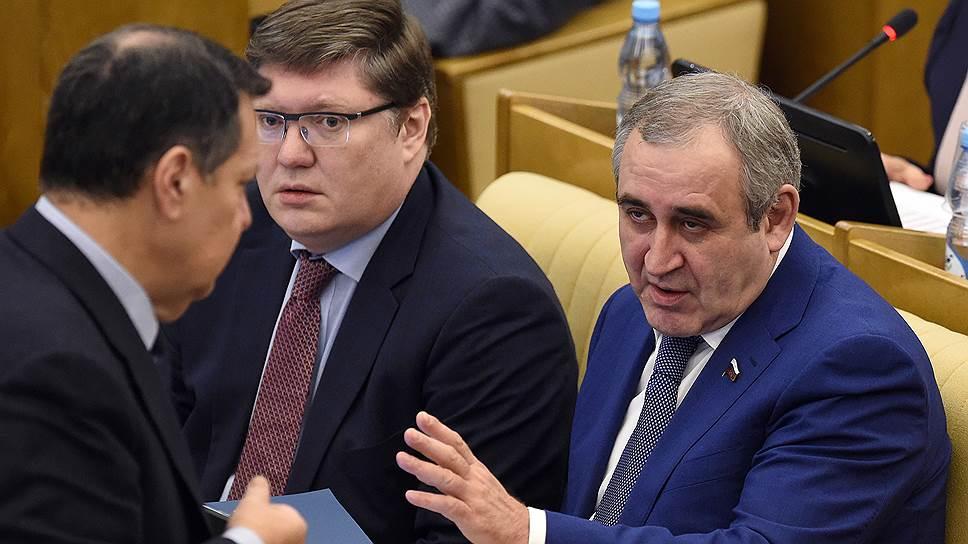 Вице-спикер Госдумы Сергей Неверов (справа)
