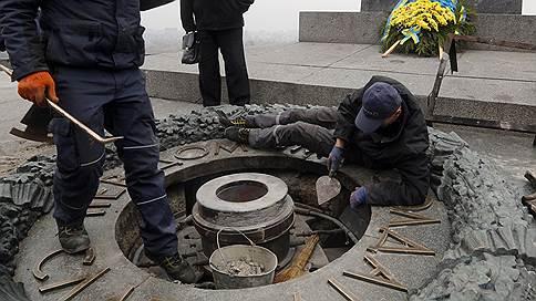Вандалы снова залили цементом Вечный огонь в Киеве