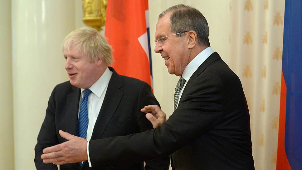 Министры иностранных дел России и Великобритании Сергей Лавров (справа) и Борис Джонсон (слева)
