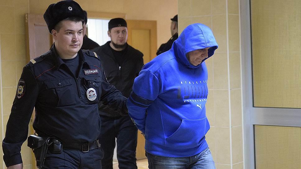 Вор в законе Шакро Молодой (Захарий Калашов, справа)