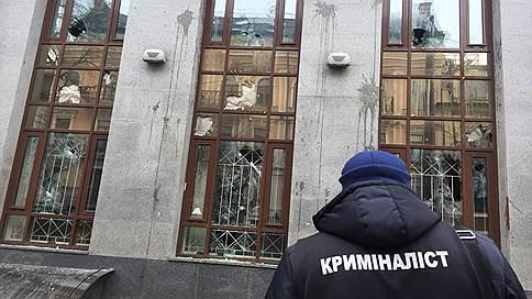 В Киеве националисты забросали камнями здания Россотрудничества и Сбербанка