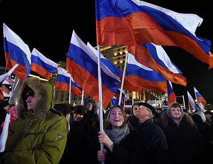Участники митинга-концерта «Россия. Севастополь. Крым», посвященного четвертой годовщине присоединения Крыма к России