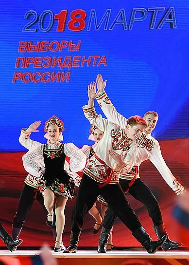 Участники хореографического ансамбля во время выступления на митинге-концерте «Россия. Севастополь. Крым», посвященном четвертой годовщине присоединения Крыма к России