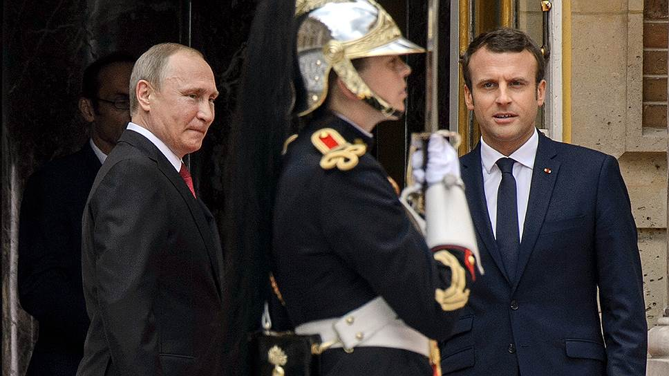 Президент России Владимир Путин (слева) и президент Франции Эмманюэль Макрон (справа)