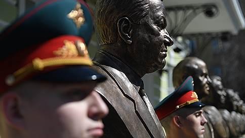 На «Аллее правителей» в Москве установили бюст Бориса Ельцина