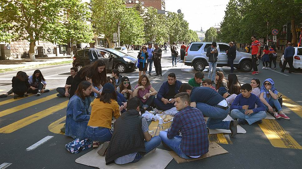 Как протестующие заблокировали дороги в Армении