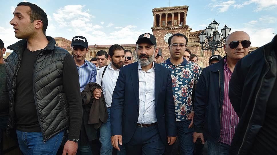 Премьер-министр Армении Никол Пашинян (в центре)